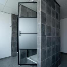 Openstaande glazen douchedeur van gehard glas