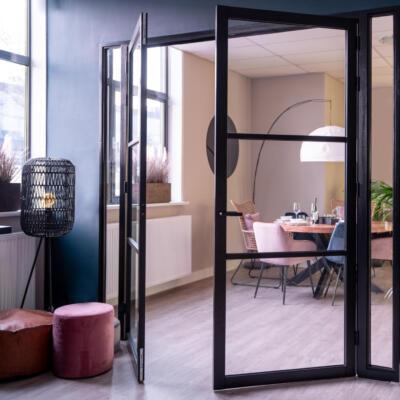 Twee binnendeuren met veiligheidsglas in de eetkamer